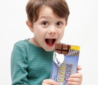 「チョコレートを食べるとニキビができる」というのは本当?